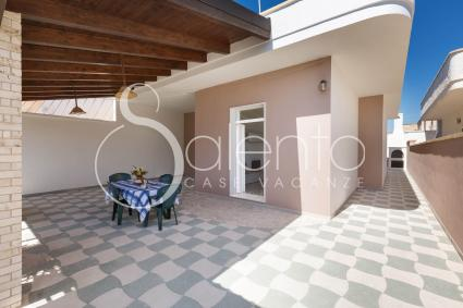 Il patio antistante con copertura in legno, nella villetta vacanze a Torre Lapillo