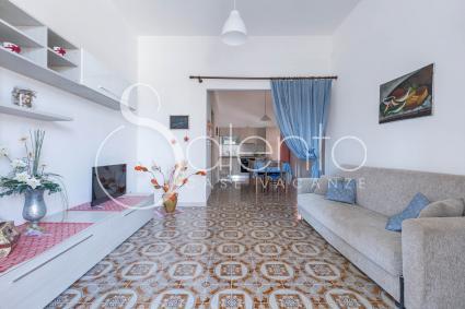 Il soggiorno con divano letto e tv nella casa vacanze a 200 metri dal mare