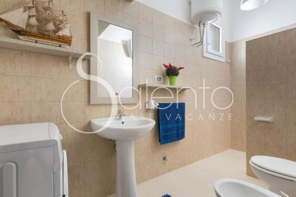 Il bagno doccia con lavatrice nella casa vacanze sul mare del Salento