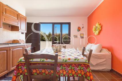 Il soggiorno-pranzo della casa vacanze a Nardò, con divano per 2 persone