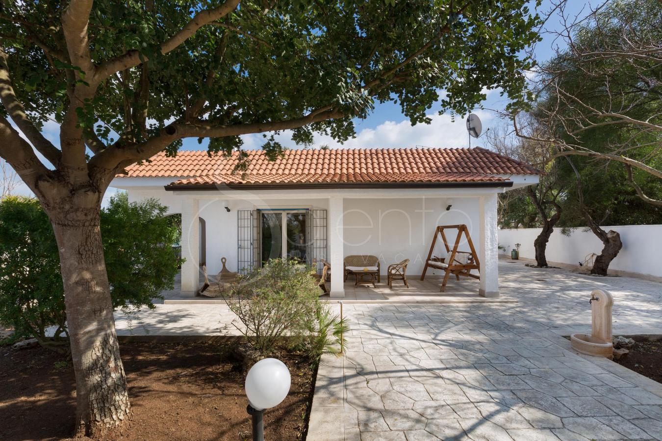 Villa con giardino a pochi metri dalla spiaggia sabbiosa for Immagini di villette con giardino