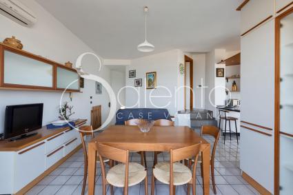 Zona pranzo con tv nella casa vacanze in affitto a Porto Cesareo, di fronte al mare