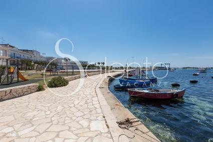Il lungomare e il parco giochi di fronte alla casa vacanze in affitto a Porto Cesareo