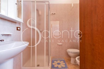 Il bagno con box doccia del trilocale in affitto per vacanze nel Salento, al mare
