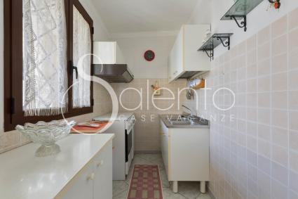 The kitchenette with oven and sink