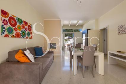 Il soggiorno accogliente, con divano letto, sala da pranzo e tv