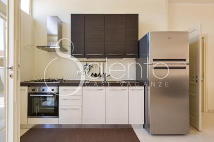 La bella cucina a vista attrezzata con forno elettrico