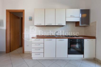 La cucina a vista è dotata di forno elettrico