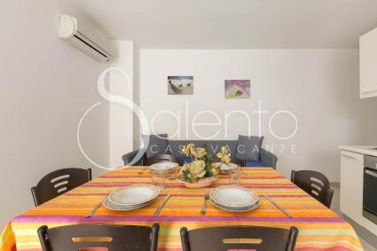 Il soggiorno è arredato con cucina e divano letto per due persone