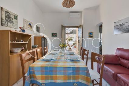 Il soggiorno della casa vacanze con sala pranzo e divano