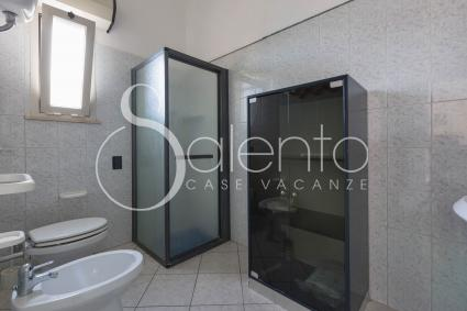 Il bagno con doccia a cui si accede dalla cucina