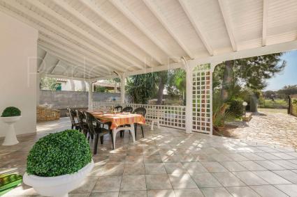 La veranda ombreggiata è ideale per pranzi e cene al fresco
