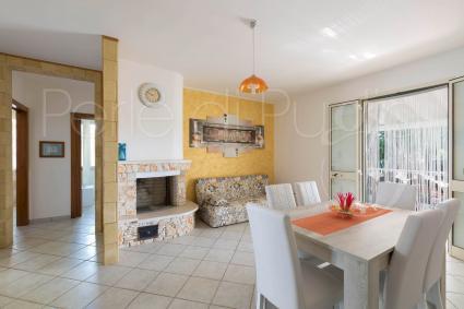 Il soggiorno ampio e luminoso è arredato con sala pranzo e divano letto per due persone
