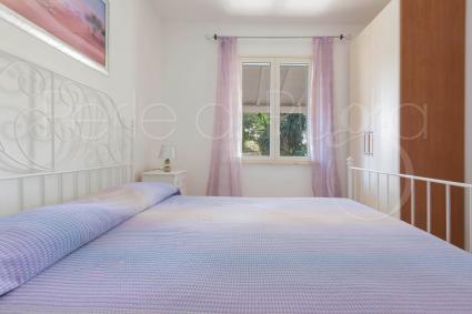 La camera da letto matrimoniale con finestra sul giardino