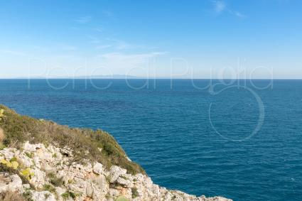 Mare azzurro e orizzonte perfetto