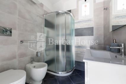 Il bagno doccia al piano superiore