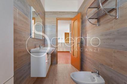 Il secondo bagno nella zona giorno della casa vacanze sul mare del Salento