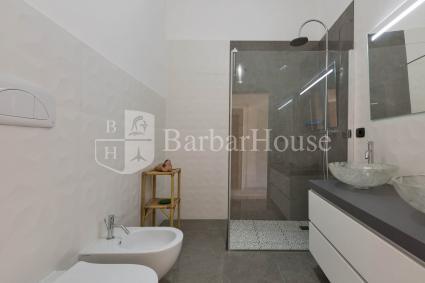 Ampio e a doppio lavabo, il bagno doccia della casa vacanze