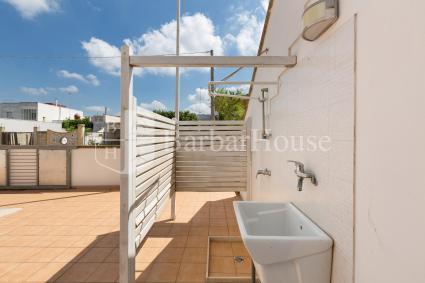 Lo spazio esterno della villetta, con doccia e pila, per rinfrescarsi al rientro dal mare