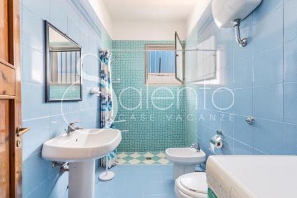 Il bagno con doccia è ampio e luminoso