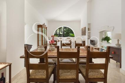 La sala da pranzo è adiacente al soggiorno e forma un ambiente spazioso e luminoso