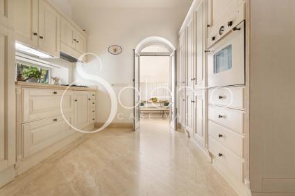 La cucina della villa in affitto, superaccessoriata, ha accesso diretto alla veranda