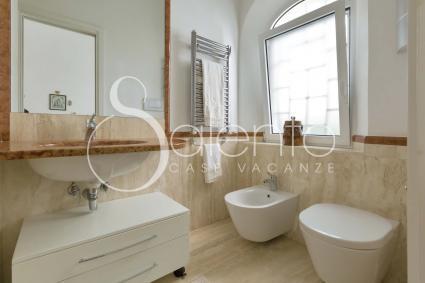 Il bagno doccia della camera matrimoniale principale
