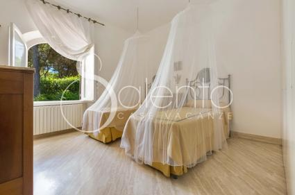 La terza camera della villa è una doppia, con letti protetti da romantiche zanzariere