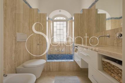 Il bagno doccia di pertinenza delle due camere da letto