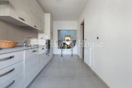 Semplice e lineare, dotata di tutti gli accessori, la cucina con angolo pranzo