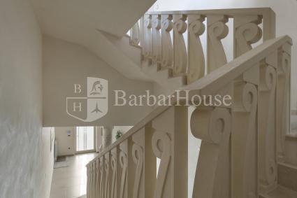 Agevoli le scale che portano al piano superiore e alla lavanderia in ammezzato