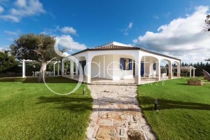 La casa ha una splendida veranda per il relax all`aperto