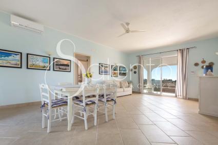 La casa ha ambienti ampi e luminosi, arredati con semplice eleganza
