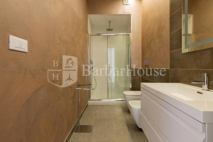 The two-room apartment has a nice bathroom with shower