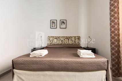 La camera da letto è una matrimoniale elegante e semplice