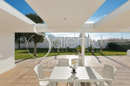 You can have lunch and dinner outdoors during your holidays in Porto Cesareo