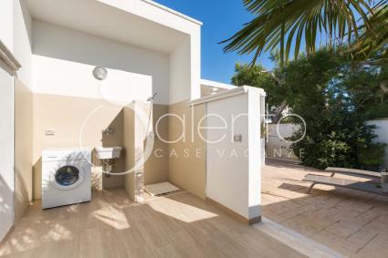 All`esterno vi è la zona lavanderia con lavatrice e doccia esterna