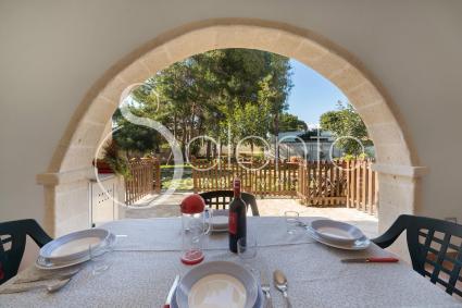 La veranda è arredata con tavolo e sedie per pranzare e cenare all`aperto