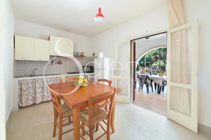 Il soggiorno con cucina a vista, pranzo e tv è l`ingresso della casa vacanze