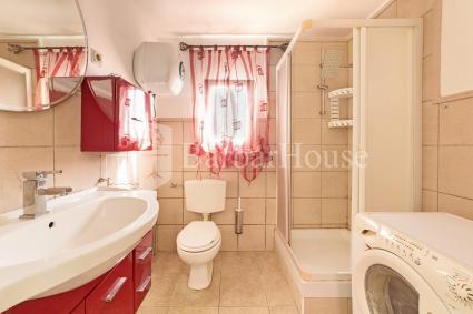 Completa la casa vacanze un ampio bagno doccia con lavatrice