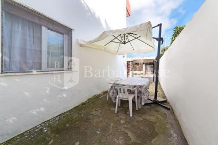 La casa vacanze al pianterreno ha uno spazio all`aperto arredato con tavolo e sedie