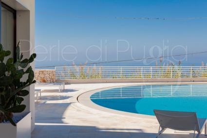 Ci si può rilassare in piscina godendo di straordinaria vista mare