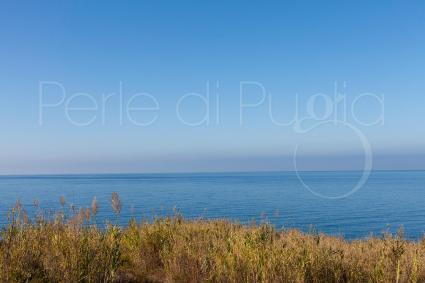Il mare blu della costa ionica a due passi dalla villa