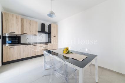Vi è uno spazioso soggiorno con sala pranzo e cucina a vista