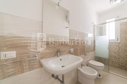 Il bilocale ha uno spazioso bagno completo di doccia