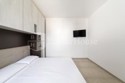 La casa è moderna e arredata con mobilia nuova e raffinata