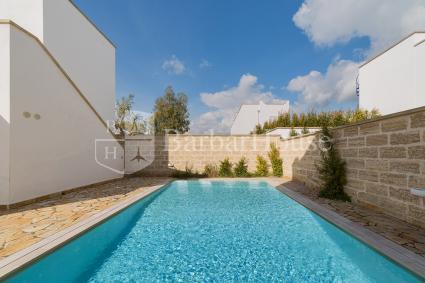 Il complesso è dotato di bella piscina turchese in comune