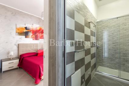 La casa si completa di bagno doccia