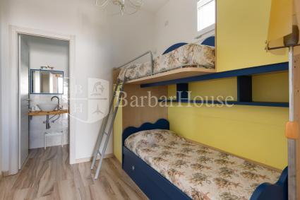 La seconda camera è una tripla con letto a castello + 1 a estrazione