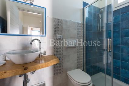 Il bagno doccia en suite della camera tripla